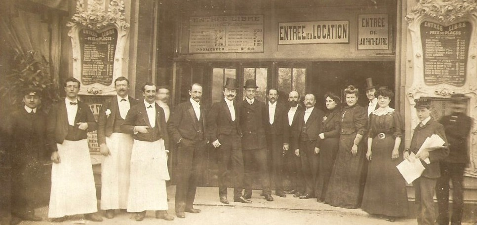 The entrance of the Ba-Ta-Clan and its staff around 1910.
