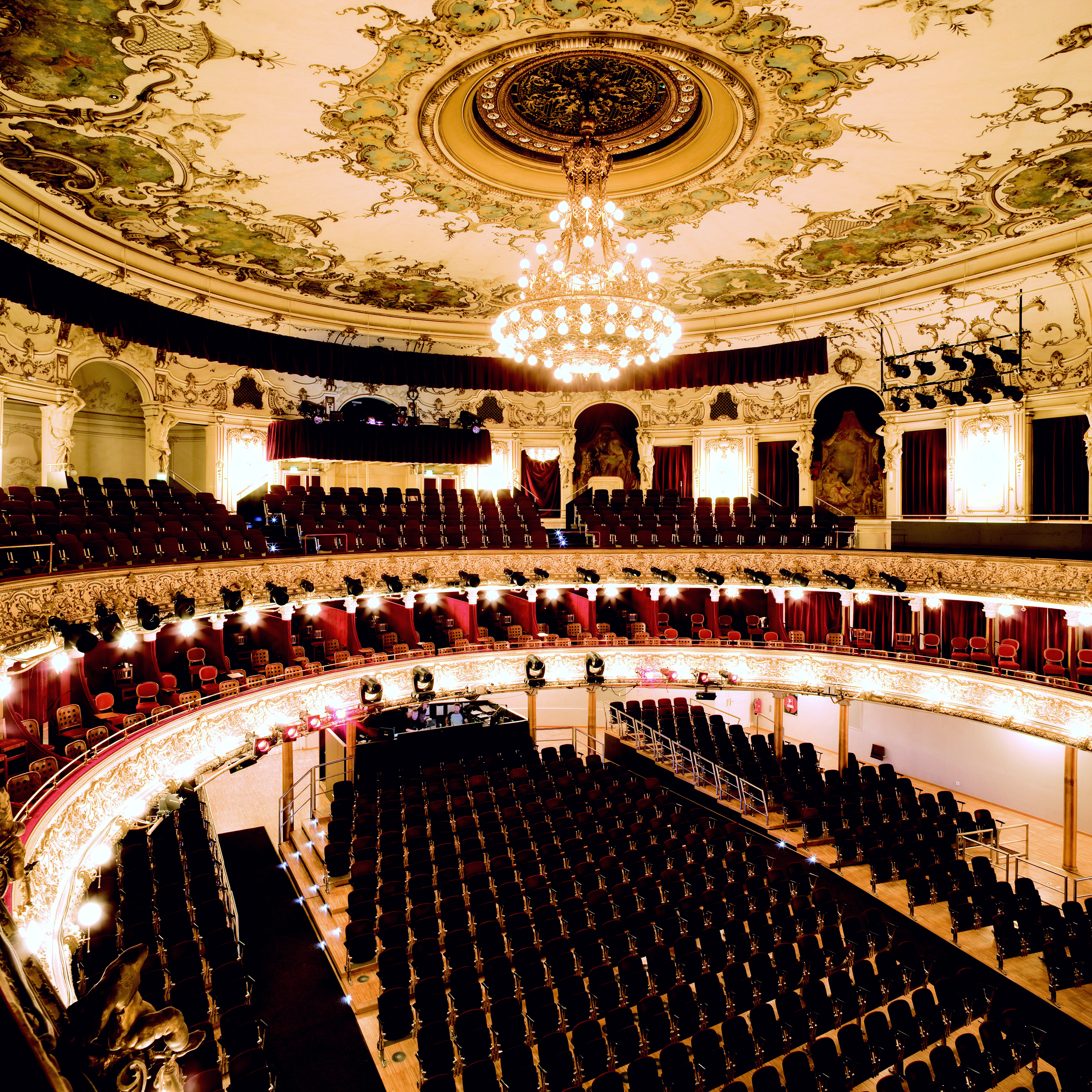 Interior view of the : Ronacher theater (source Wikimedia Commons, photo Paul Ott / VBW).